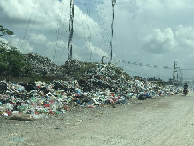 Hàng tấn rác thải đổ tràn lan ra lòng, lề đường tại thôn Trần Xá.