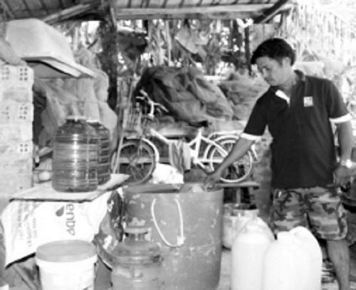 Người dân phải mua nước sạch về dự trữ để sử dụng.