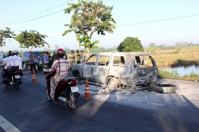 Hiện trường vụ giết người đốt xe ở Hậu Giang. (Ảnh: báo Lao động)