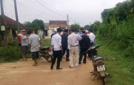 Cán bộ thôn Sơn Tây chặn xe rước dâu của gia đình bà Thu.