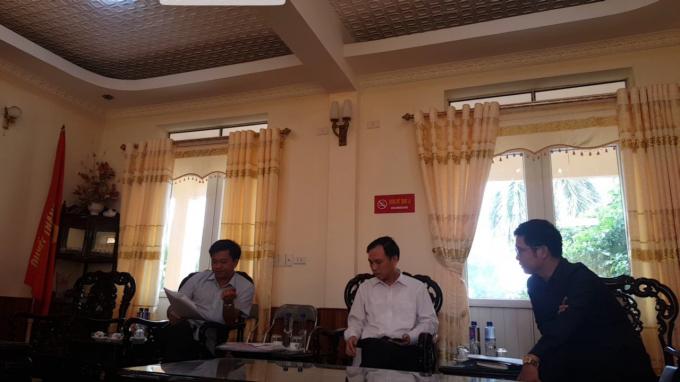 Lãnh đạo UBND thị xã Phổ Yên trao đổi với phóng viên.