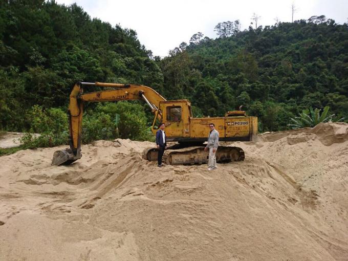 Khoảng 900m3 cát cùng tang vật bị bắt.