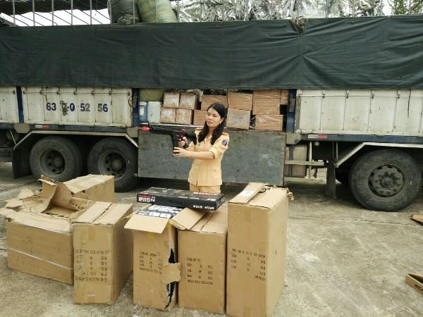 CSGT kiểm tra khẩu súng nhựa. (Ảnh: báo Công an nhân dân)