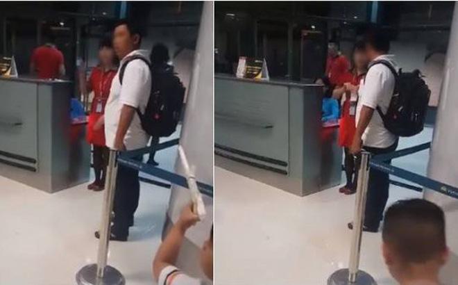Nhân viên hàng không xé vé hành khách vào cửa muộn. (Ảnh: Trí thức trẻ)