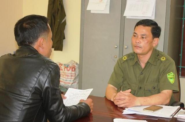 Ông Nguyễn Ngọc Thấu - Trưởng Công an xã Nghi Quang (bên phải).