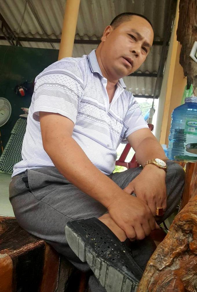 Phó giám đốc Lê Văn Sáu ngồi trao đổi với phóng viên với thái độ bất hợp tác và thiếu tôn trọng.