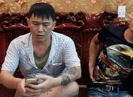 Nhóm người xăm trổ đầy mình đến nhà anh Việt Anh để đòi nợ.