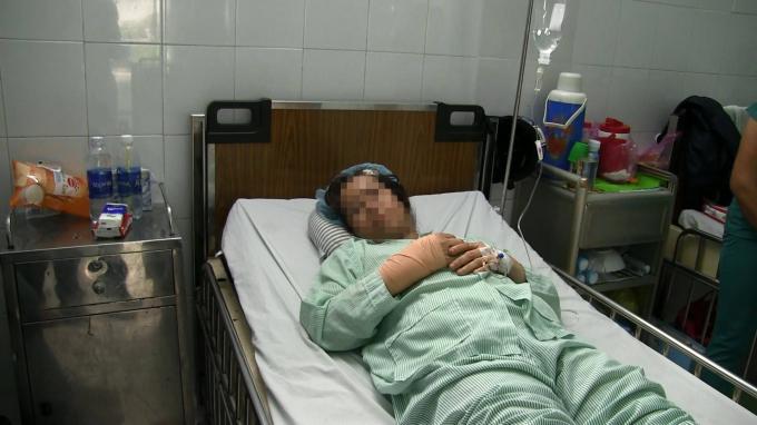 Nữ bác sĩ đang điều trị thương tích ở bệnh viện. (Ảnh: báo Vietnamnet)