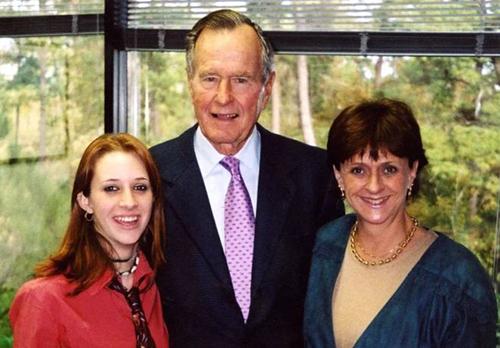 Corrigan và mẹ chụp ảnh chung với ông Bush năm 2003.