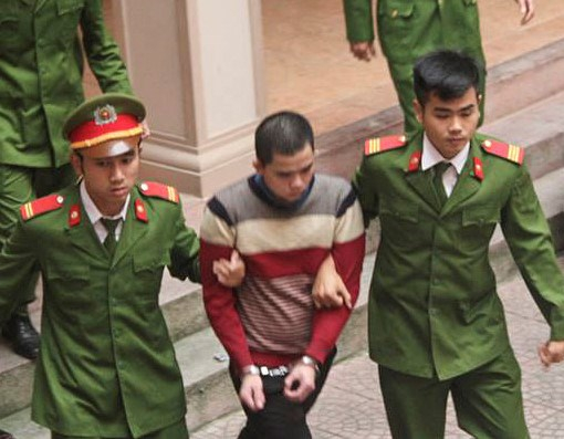 Nguyễn Quốc Dương bị dẫn giải vào tòa. (Ảnh: Zing.vn)
