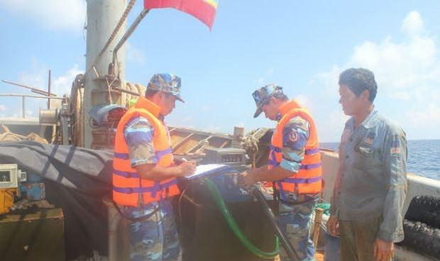 Tổ công tác của BTL Vùng CSB 4 niêm phong thiết bị đo dầu trên tàu vi phạm.
