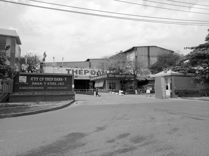 Nhà máy thép nằm sát khu dân cư.