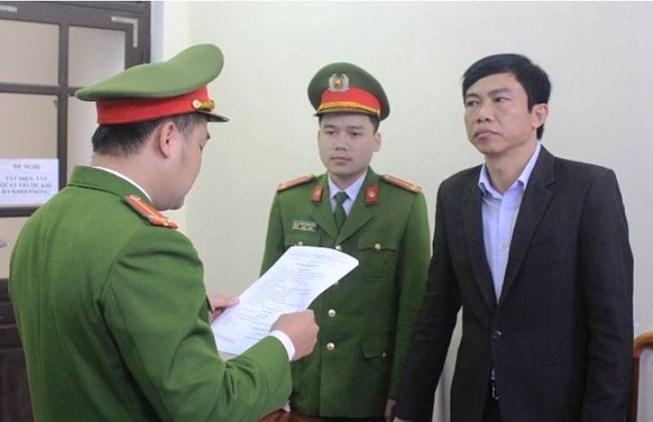 Lê Anh Tuấn (phải) bị khởi tố bị can. (Ảnh: báo Pháp luật TP HCM)