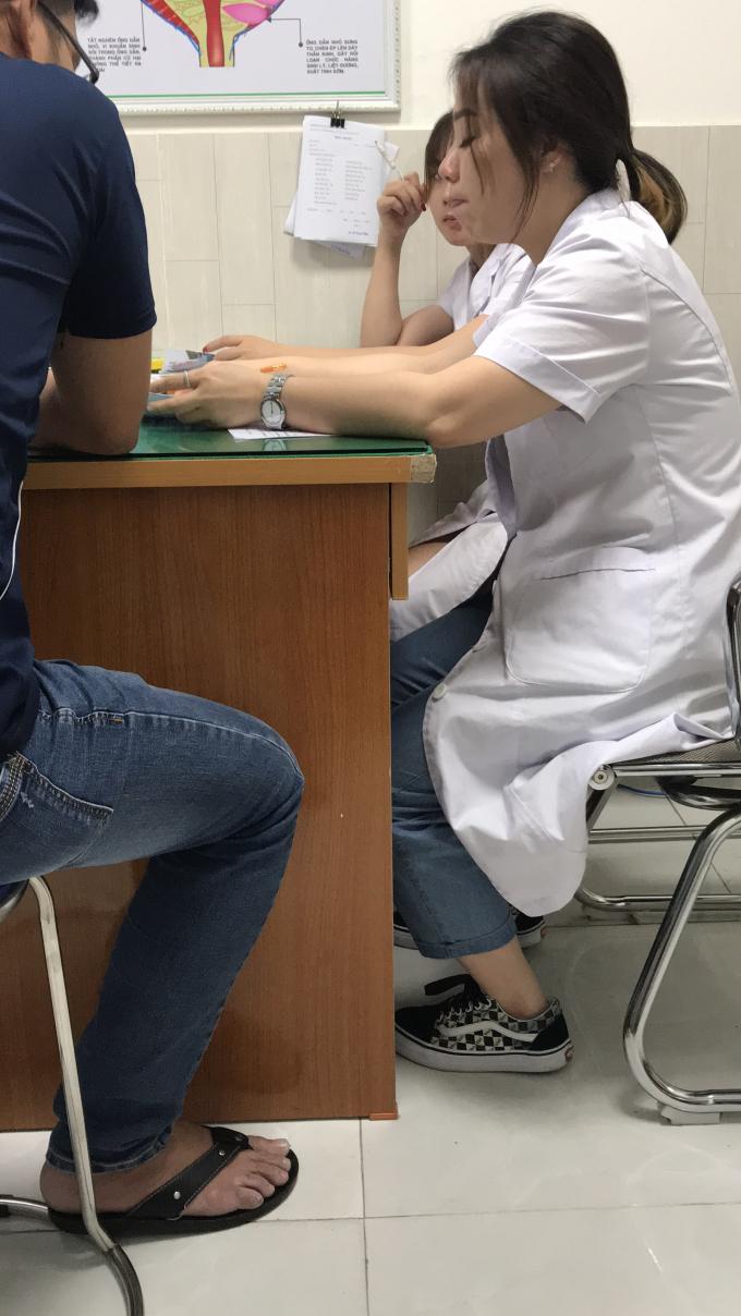 Người phụ nữ có hình xăm tay phải xưng là bác sĩ Hà chẩn đoán bệnh cho bệnh nhân.