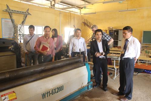 Đoàn chuyên gia tư vấn mua sắm thiết bị thuộc Dự án Chương trình Đào tạo nghề 2011 làm việc tại Trường Cao đẳng nghề Việt - Đức Hà Tĩnh.