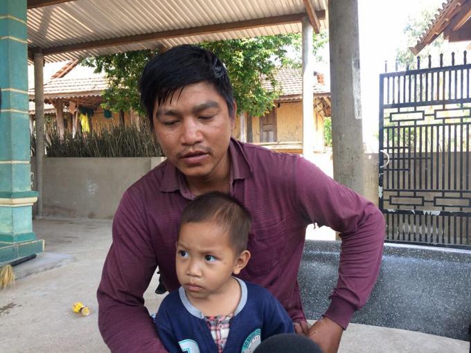 Trưởng thôn làng Kleng – A Toanh trao đổi với phóng viên.