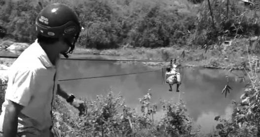 Vận chuyển nông sản qua sông Pô Cô bằng cáp treo.