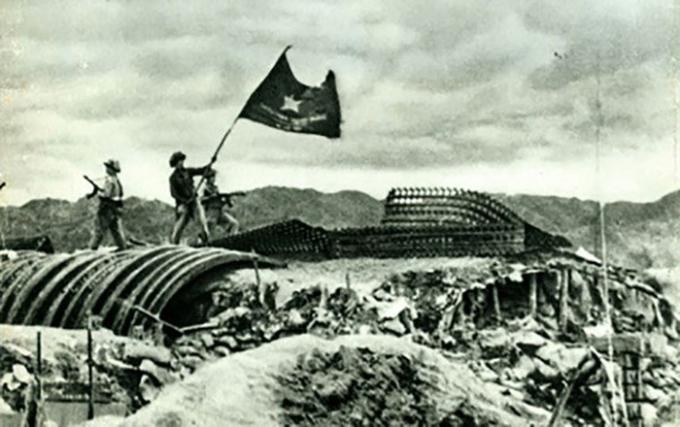 Cờ Quyết thắng của Quân đội nhân dân Việt Nam tung bay trên nóc hầm De Castries tại cứ điểm Điện Biên Phủ.