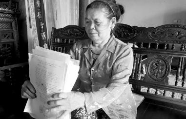 Bà Báo mệt mỏi với đống hồ sơ giấy tờ nhiều năm theo kiện.