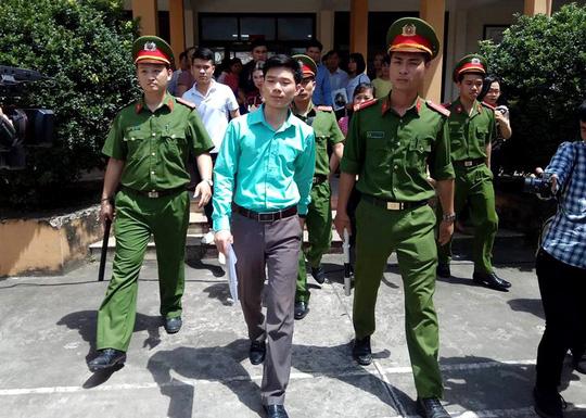 Bác sĩ Hoàng Công Lương rời phiên tòa ngày 7/5. (Ảnh: báo Người lao động)