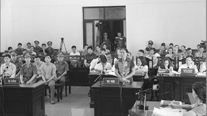 Đại diện gia đình nạn nhân trả lời xét hỏi tại tòa.