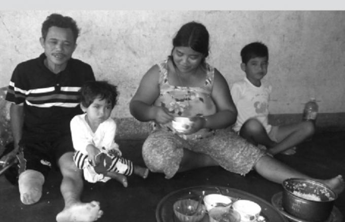 Bữa cơm chỉ có nồi cơm và chén mắm dầm cà nướng của gia đình anh A Nức.