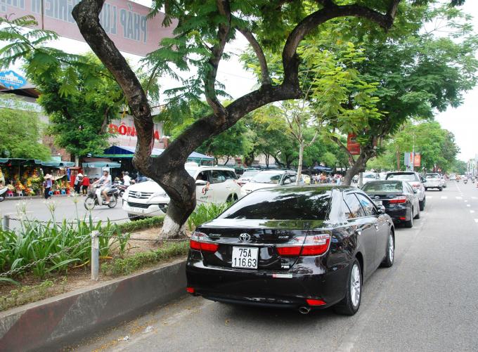Một số xe đậu đỗ bên trái đường một chiều trước chợ Đông Ba. ((Hình chụp ngày 14/6/2018)