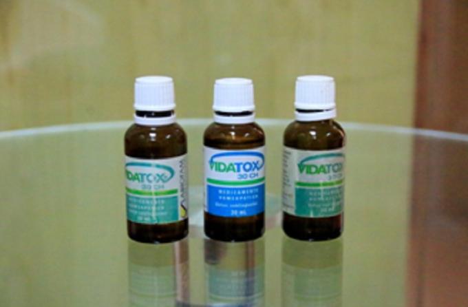 Các loại Vidatox 30CH nhãn xanh bị làm giả có nhiều màu xanh khác nhau. (Ảnh khách hàng cung cấp).