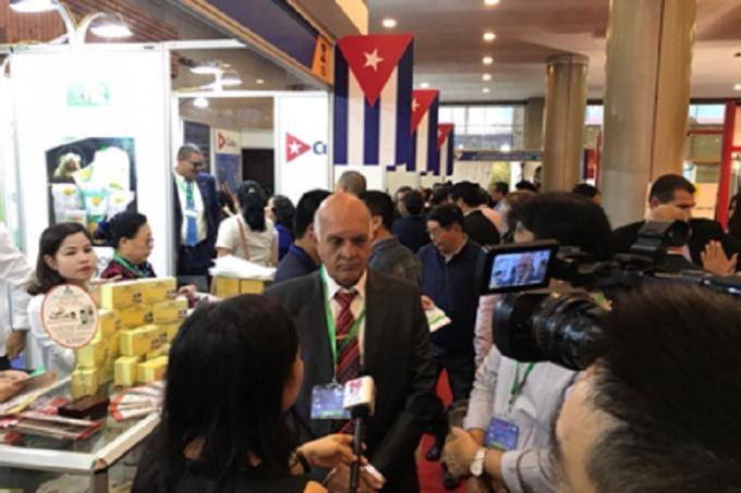 Giáo sư Fabio phân tích thông tin sản phẩm cho khách hàng tại hội chợ.