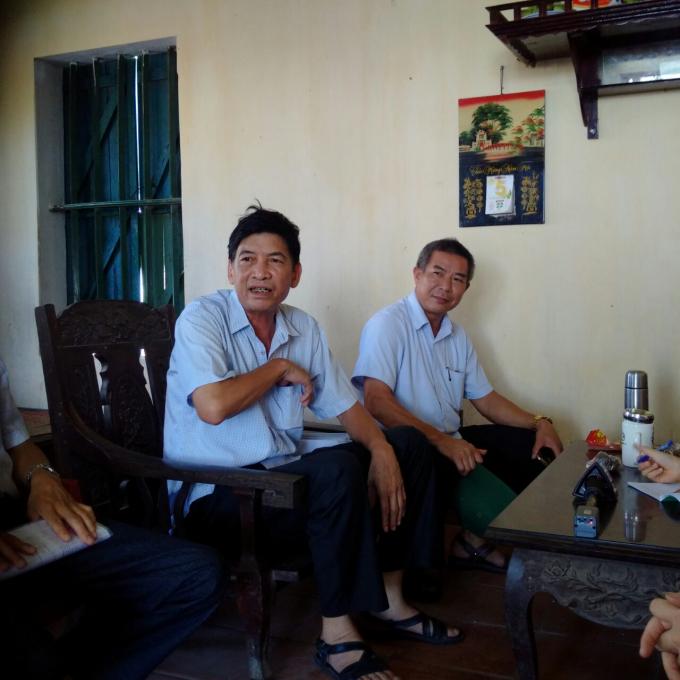 Ông Vũ Văn Hợp, Phó Chủ tịch UBND huyện Tứ Kỳ (bên phải) đến yêu cầu ông Đạt dừng hoạt động sản xuất gạch ngày 5/7/2018.