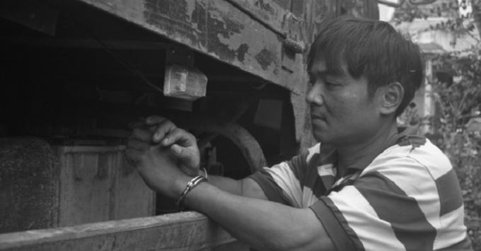 Nguyễn Hoàng Lễ thực nghiệm lại hành vi trộm cắp bình ắc quy.