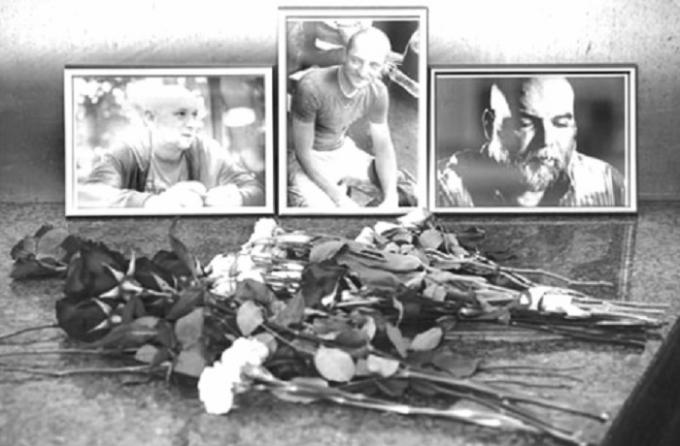 Di ảnh của ba nhà báo Nga bị sát hại ở Cộng hòa Trung Phi hôm 31/7.