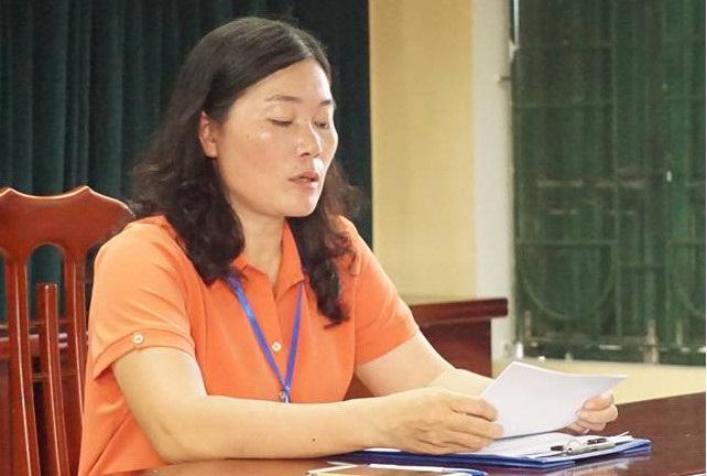 Bà Nguyễn Kim Oanh, Hiệu trưởng Trường Tiểu học Sơn Đồng ngồi im trong phòng họp bất chấp phụ huynh la hét bên ngoài.