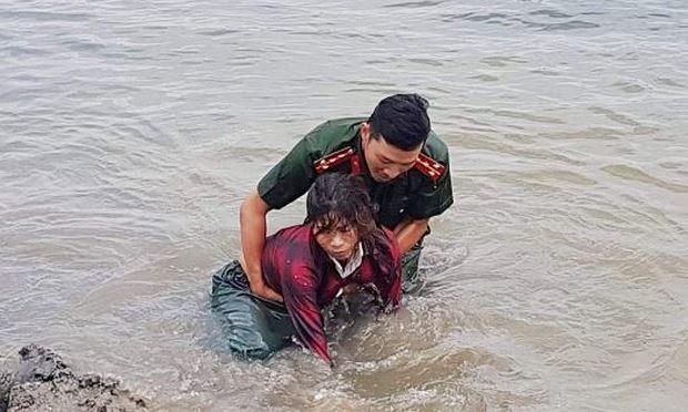 Một người dân suýt chết đuối đã may mắn được đại úy Thế vớt lên bờ.