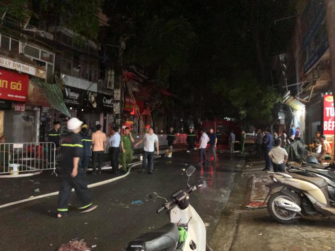 Toàn bộ khu vực trước cổng Bệnh viện Nhi bị cắt điện, lực lượng chức năng đang khẩn trương rà soát hiện trường.