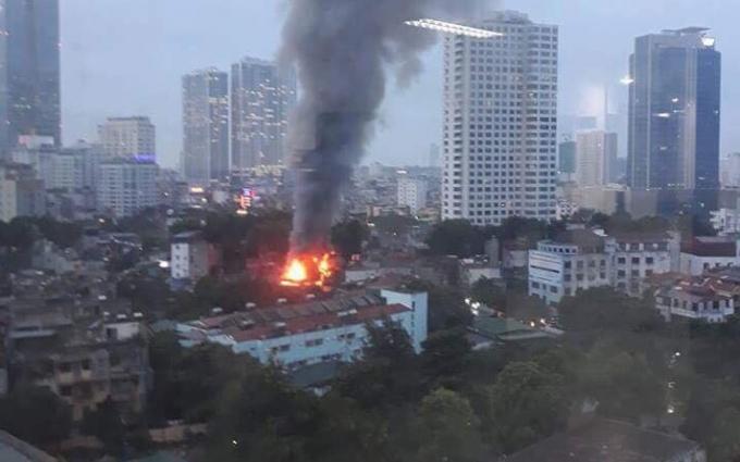 Cột khói cao ngút bốc lên từ đám cháy.