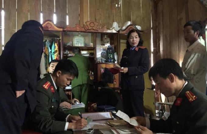 """Cơ quan ANĐT tiến hành khám nhà bị can Đèo Văn Ban - người đã chủ động, câu kết để kê khai """"khống""""diện tích đất."""