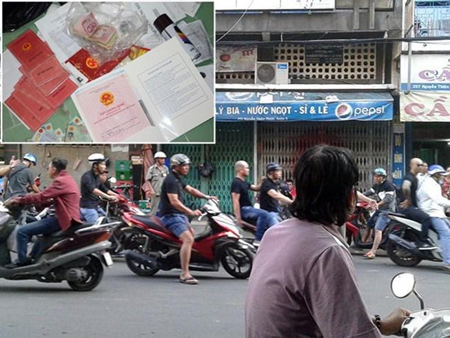 """Nhiều người đàn ông xăm trổ tới yêu cầu chủ nhà trên đường Nguyễn Thiện Thuật (quận 3) mở cửa """"nói chuyện"""". Ảnh: NT"""