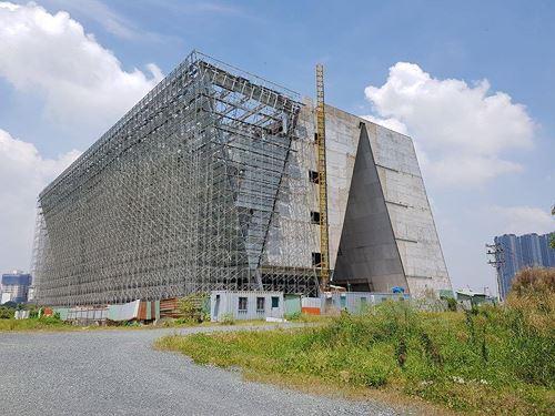 Trung tâm Triển lãm quy hoạch TP HCM, được đầu tư có tổng tiền là 35 triệu USD xây dựng ở Thủ Thiêm vấn còn ngổn ngang.