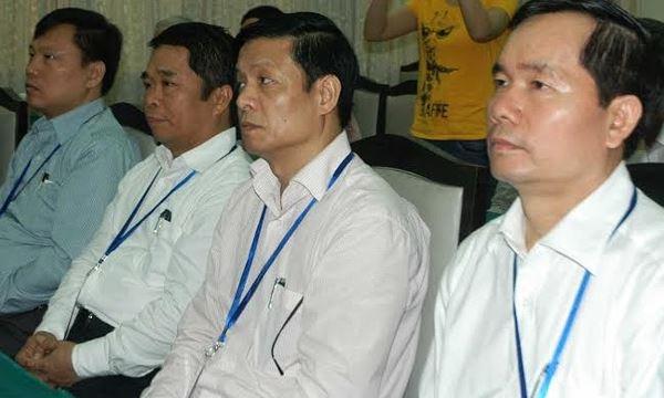 Ông Nguyễn Văn Huyện (bìa phải) đã vượt qua 3 người khác, giành