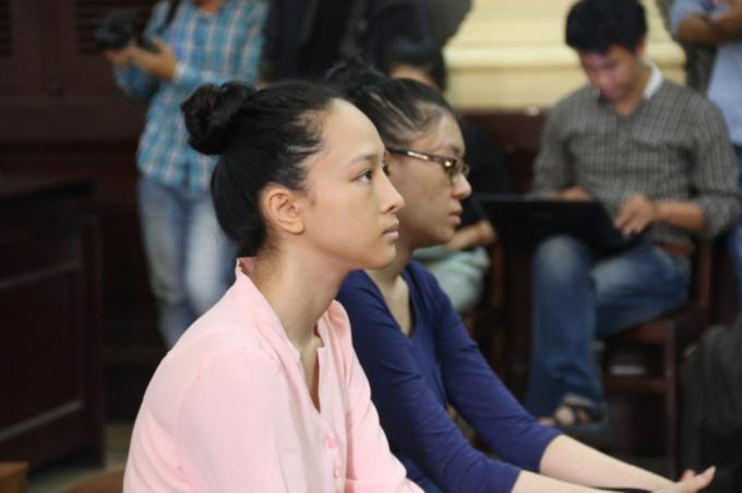 Phương Nga và Thuỳ Dung tại một phiên xét xử.