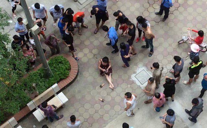 Nạn nhân sau khi bị bắn ngồi bệt ngay tại sân chung cư VOV.