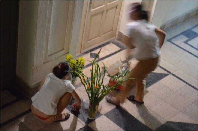 Nhân viên của cơ sở spa chiếm dụng lối đi chung để làm việc riêng gây ảnh hưởng đến việc đi lại của các hộ dân.
