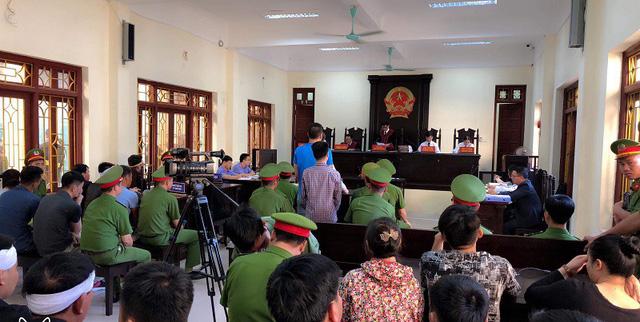 Quang cảnh phiên tòa sáng ngày 1/11.