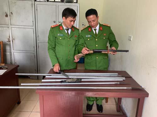 Lực lượng Công an đang kiểm tra số vũ khí, hung khí của nhóm đối tượng sử dụng trong vụ ẩu đả. (Ảnh: Công an Thanh Hóa)