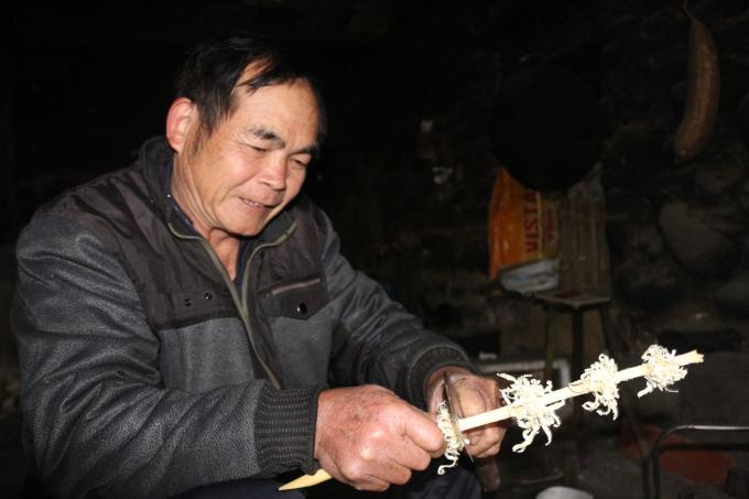 Cành hoa Dâu được chủ nhà chuẩn bị từ đêm 30 Tết.