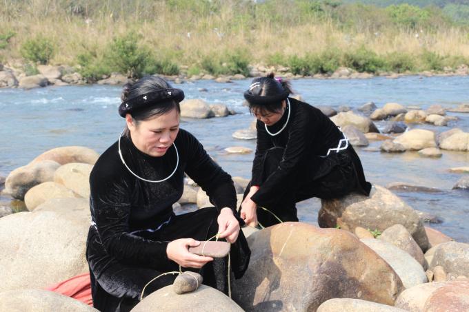 Các thành viên bắt đầu đi lấy nước đầu năm mới, công việc lấy nước thường do chủ nhà thực hiện.