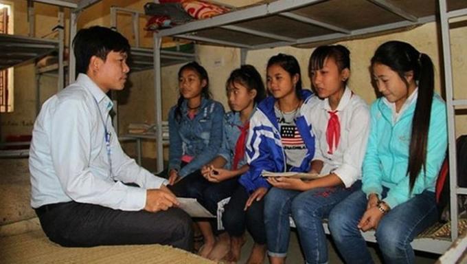 Các thầy cô tuyên tuyền cho các nữ học sinh để các em tránh tục bắt vợ sau mỗi dịp Tết.