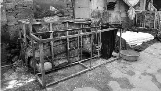 Các hộ sản xuất ngâm ủ bột ngay rìa đường và cống rãnh.
