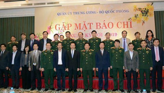 Bộ trưởng Ngô Xuân Lịch cùng các đại biểu chụp ảnh lưu niệm tại buổi gặp mặt báo chí.